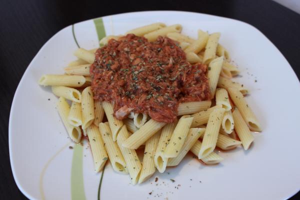 Thunfisch-Tomatenmischung mit Nudeln