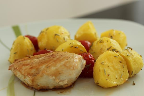 Hähnchenbrust in Rosmarin-Kartoffelauflauf